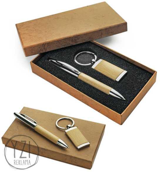 RINKINYS FRED. Rinkinuką sudaro rašiklis su medienos intarpu ir raktų pakabukas  su medžio aplikacija, dėžutė (traukta eko oda).