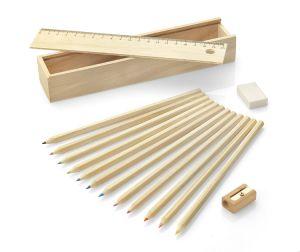 Ekologiškas spalvotų pieštukų su dėžute rinkinys KRASI. inkinuką sudaro 12 spalvotų pieštukų medinėje dėžutėje kartu su trintuku ir drožtuku bei liniuote.