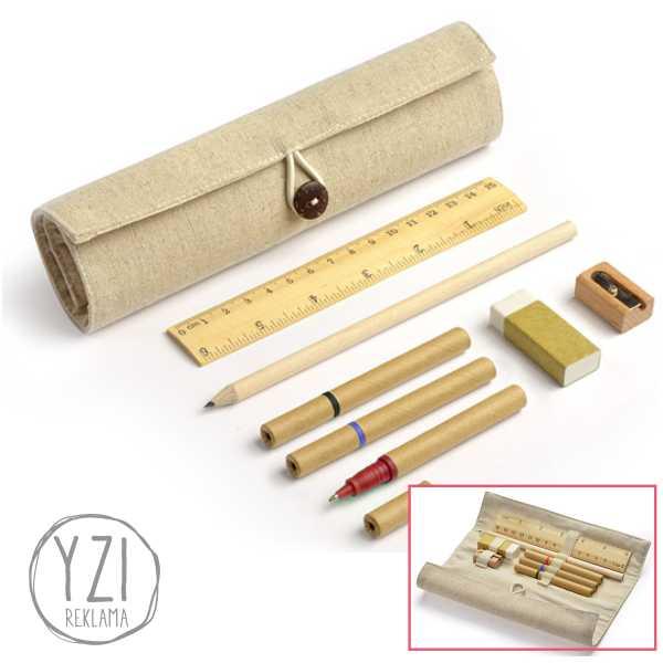 Ekologiškas rašymo rinkinys TALOS. eko rinkinys su lininiu dėklu. Rinkinuką sudaro 3 eko rašikliai, pieštukas, liniuotė, trintukas ir drožtukas.